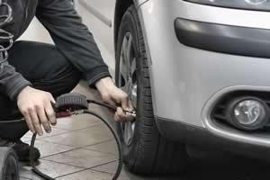 A forma correta de calibrar o pneu